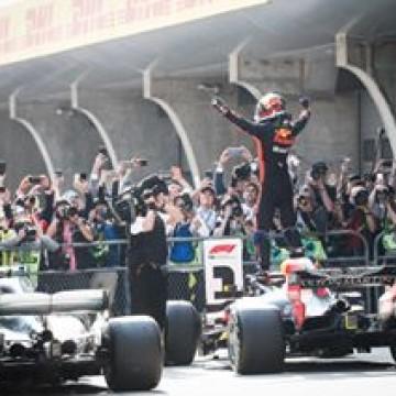 #F1 - We hope you will run the upcoming week like @danielricciardo ran #ChineseGP!  #motivationmonday